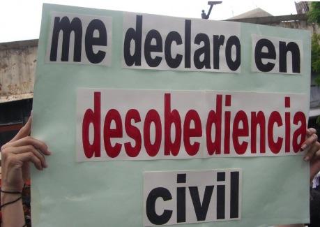 foto tomada de http://teatrevesadespertar.wordpress.com/2011/03/06/cada-vez-somos-mas-desobediencia-civil/