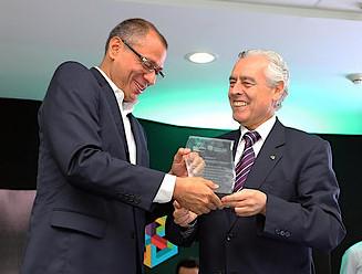 El Vicepresidente del Ecuador Jorge Glas entrega el reconocimiento al Rector de UTPL José Barbosa